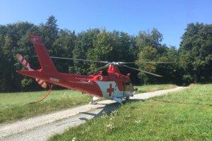 Zranenú ženu ošetrili leteckí záchranári.