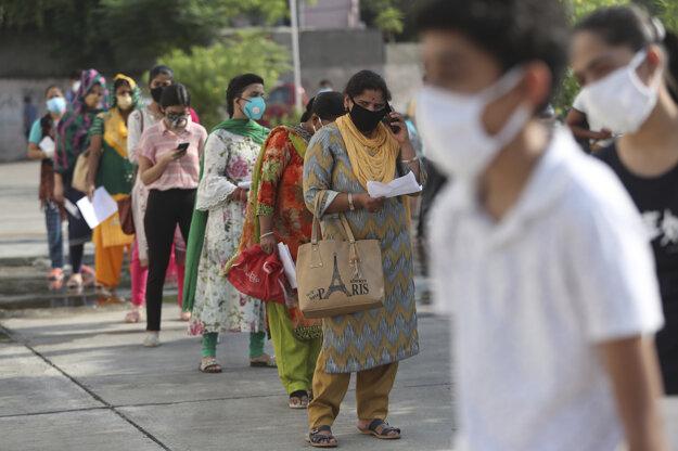 Indovia čakajú v rade na to, aby sa zaregistrovali na testovanie na prítomnosť koronavírusu SARS-CoV-2 pred nemocnicou v Džammú.