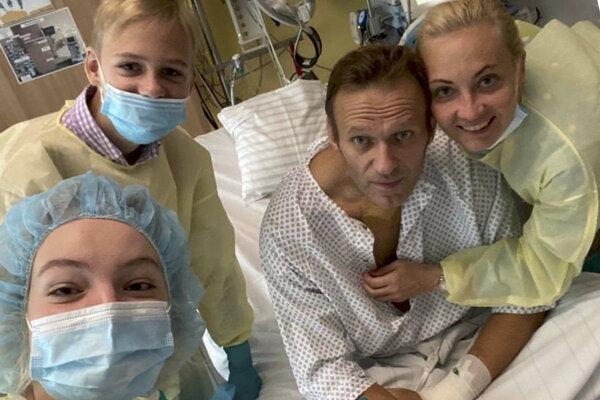 Opozičný líder zverejnil záber z nemocnice. Jeho stav sa postupne zlepšuje.