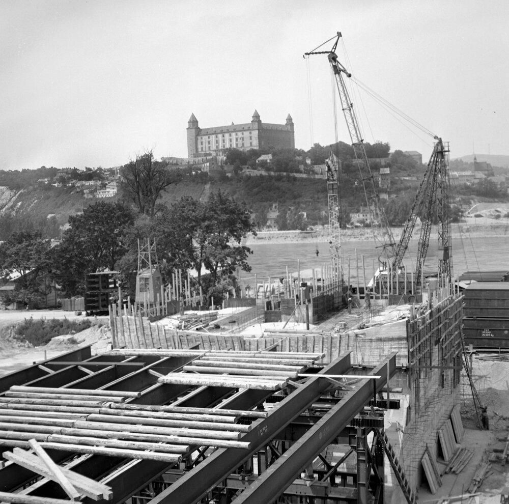 Júl 1969. Most je zavesený na šikmom pylóne vysokom 84,6 m, jeho celková dĺžka je 430,8 m, šírka 21 m, hmotnosť 7 537 t.