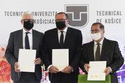 Podpis memoranda. Zľava predseda SAV Pavol Šajgalík, rektor TUKE Stanislav Kmeť a rektor UPJŠ Pavol Sovák.