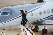 Námestník amerického ministra zahraničných vecí Keith Krach vystupuje z lietadla po prílete do Tchaj-peja.