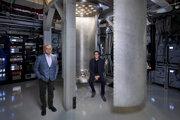 Šéf IBM Arvind Krishna (vľavo) a riaditeľ vývoja v IBM Dario Gil pri pripravovanom chladiacom zariadení pre budúce kvantové počítače. V podobnom by mohol byť aj plánovaný stroj s tisíc qubitmi.