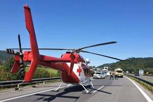 Dopravu obmedzili, vrtuľník pristál priamo na ceste.