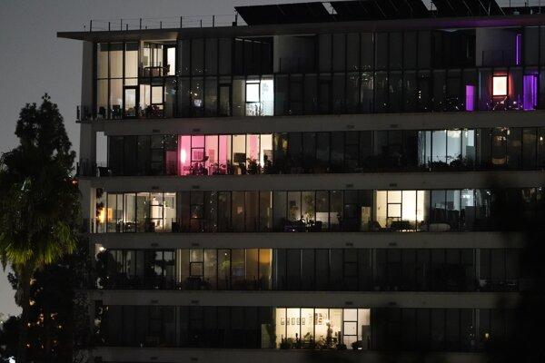 Rozvietené svetlá v bytoch Kalifornčanov po tom, ako sa začala triasť zem.