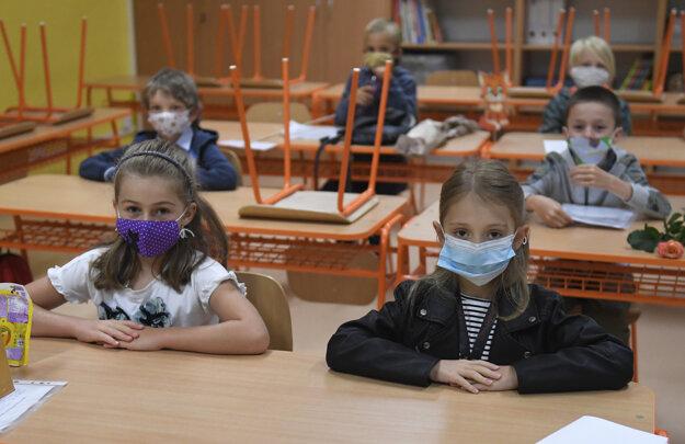 Rúška sú vzhľadom na riziko šírenia koronavírusu povinné na stredných školách a druhom stupni základných škôl, ministerstvo aj hygienici však odporúčajú ich nosenie aj na prvom stupni základných škôl.