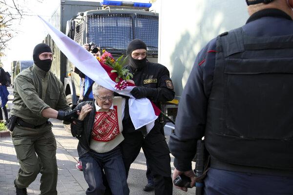 Polícia drží 73-ročnú aktivistku Ninu Bahinskú.
