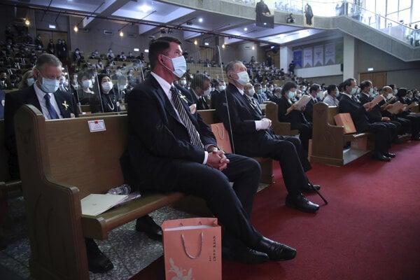 Námestník amerického ministra zahraničných vecí Keith Krach (v strede) počas pietnej spomienky na zosnulého taiwanského exprezidenta.