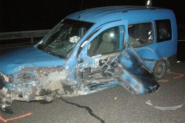 Vozidlo, do ktorého narazilo auto idúce po diaľnici v protismere.