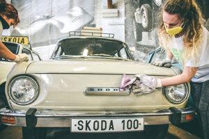 Dobrovoľníci v  Múzeum dopravy v Bratislave sa postarali aj o Škodu 100