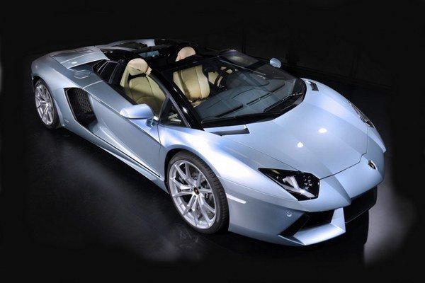 Odnímateľná karbónová strecha Aventadoru je drahšia, ako malé rodinné auto.