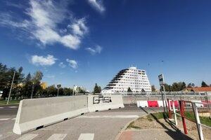 Betóny bránia údajne vodičom vo výhľade na cestu.