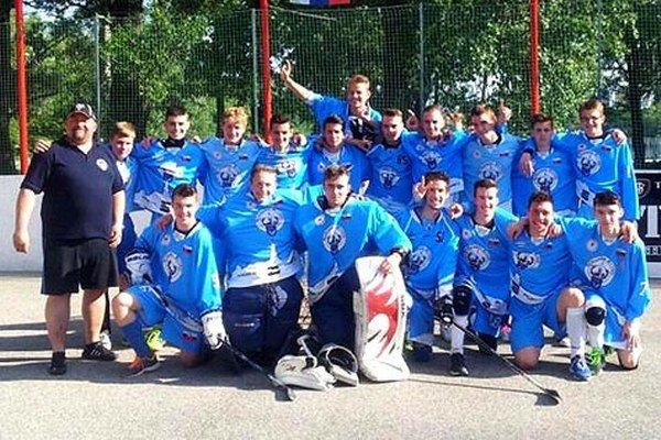 Zlatý tím Nitrianskych rytierov U18. Vľavo tréner P. Radecký.