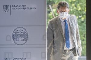 Minister životného prostredia Ján Budaj (OĽaNO) prichádza na rokovanie vlády 23. septembra v Bratislave.