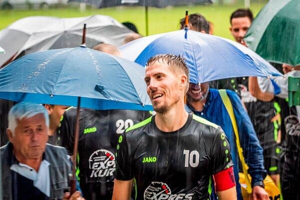 Na archívnej snímke František Szusztor z Veľkého Cetína. Aj dnes však na Chrenovej počas zápasu pršalo.