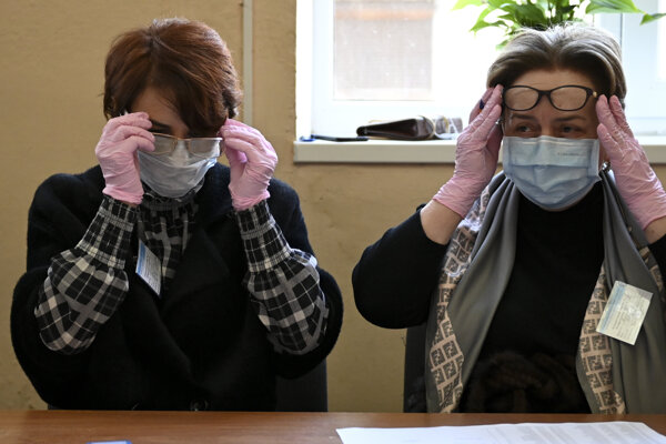 Je otázne, či okuliare môžu človeka ochrániť pred Covidom-19.