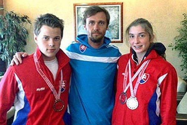 Trio Nitranov v Turecku: Jaroslav Greguš, tréner Peter Žňava a Emma Zapletalová.