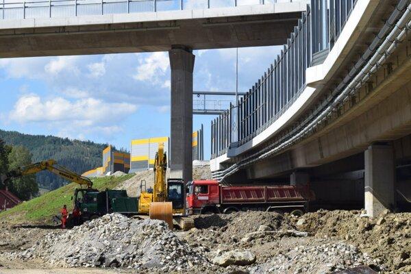 Práce na stavbe diaľničného úseku D3 Čadca,Bukov - Svrčinovec finišujú.