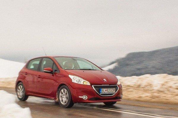Posledný mesiac jazdí Peugeot 208 vo vyslovene zimných podmienkach. Štartovanie zvláda  výborne, menej využíva štart-stop systém a spotrebu zdvihol na 5,1 litra na 100 kilometrov.