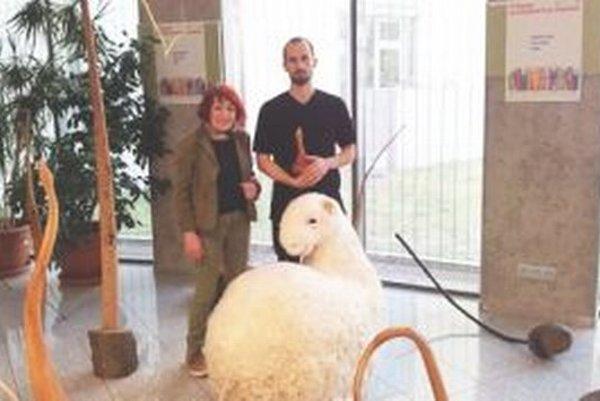 Výstava Martina Kratochvila potrvá do vo foyeri Univerzitnej knižnice UKF do 25. mája. Na snímke s autorom kurátorka Marta Hučková.