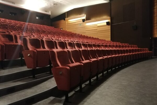 Kinosála má nové sedačky.