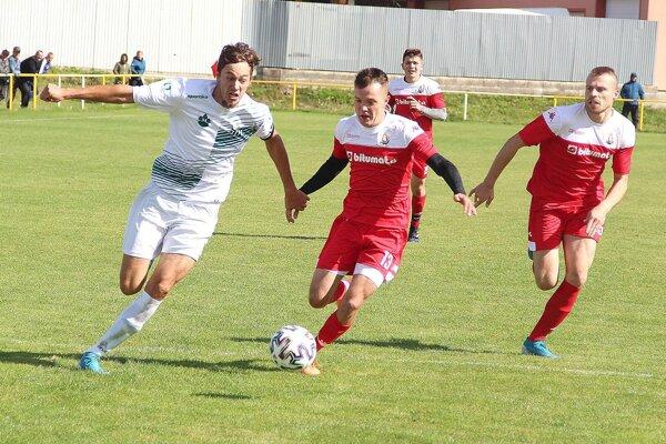 Patrik Krivanka (vľavo) robil defenzíve Liesku problémy, ale neskóroval. Zahodil aj jedenástku.
