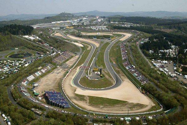 Nový okruh Nürburgring označovaný aj ako Nürburgring Grand Prix (na fotografii otočka Dunlop) hostil prvý krát preteky F1 v roku 1984.