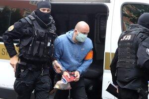 Eskorta privádza člena seredského drogového gangu  na Špecializovaný trestný súd.