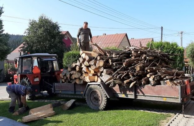 Každoročné chystanie dreva na kúrenie je pre starších ľudí namáhavé.