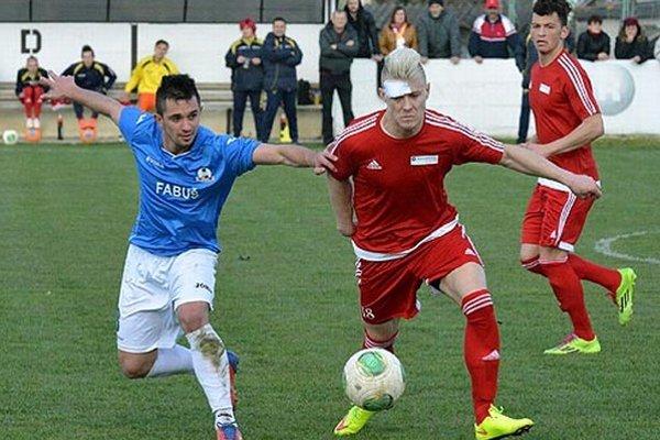 Jediný gól šlágra kola Neded - Borčice (1:0) strelil Dušan Krcho (s oblepeným čelom).