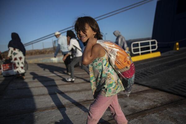 Gréci presunuli takmer tisíc utečencov.