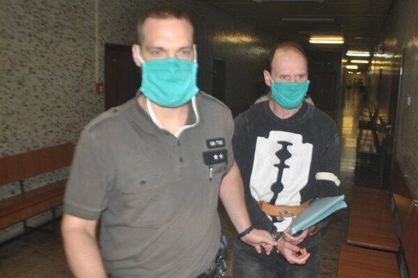 Tibor Hajduček (vpravo) s eskortou na krajskom súde.
