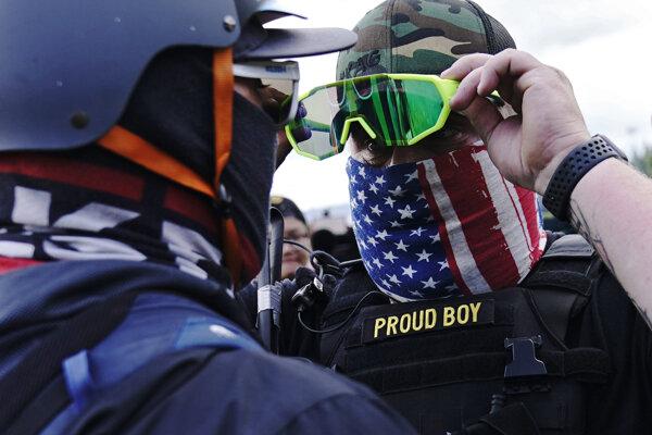 Člen krajne pravicovej, protiimigračnej, neofašistickej skupiny Proud Boys.