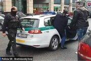 Policajti bratislavskej kriminálky dnes ráno zadržali verejného činiteľa, ktorý je obvinený zo spáchania trestného činu proti poriadku vo veciach verejných.