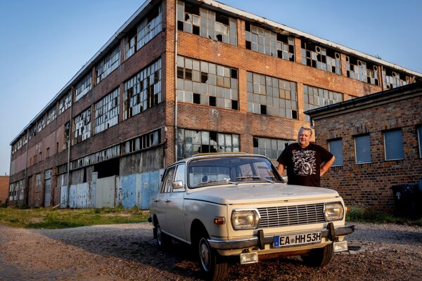 Symboly východného Nemecka - Wartburg a opustená továreň.