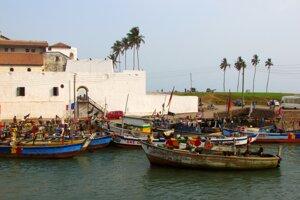 Vždy, keď sa rybári otočia, vidia kus histórie v podobe bielych múrov hradu Elmina.