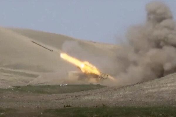 Na snímke z videa zverejnenom azerbajdžanským ministerstvom obrany azerbajdžanská raketa vystrelená z raketového systému počas bojov medzi arménskymi a azerbajdžanskými vojenskými jednotkami v kontaktnej línii v samozvanom regióne Náhorný Karabach.
