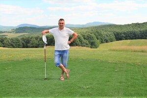 Starosta Milan Spodniak na netradičnom golfovom ihrisku na lúke uprostred hôr nad dedinou.