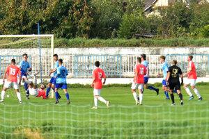 Futbalisti Šale (v ružovom) vyhrali aj tretí domáci zápas. Naopak, vonku za 5 duelov nezískali ani bod.