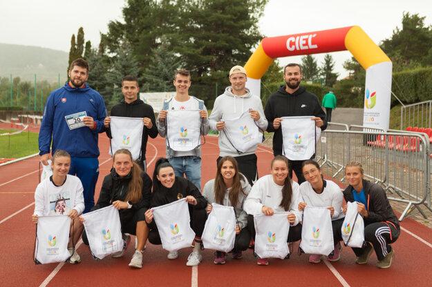 Súťažiaci atléti pred štartom súťaží na LU SR 2020.
