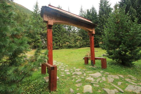 Symbolický cintorín obetiam Západných Tatier sa nachádza v Žiarskej doline.