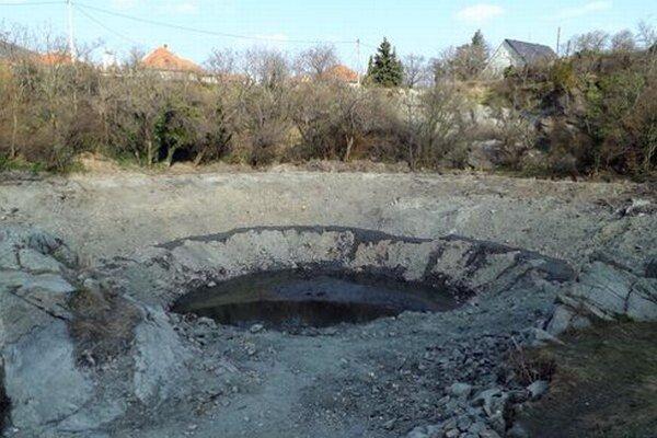 Do jazierka doteká voda prirodzenou cestou. Keď bude treba, privezú aj vodu v cisternách.