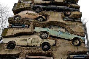 Dielo Long Term Parking od Armana obsahuje prevažne autá zo 60.-70. rokov.