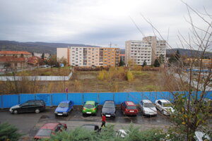 Pohľad z niekdajšieho OD Tesco. Dlhé roky nestálo na tomto mieste v centre Prešova nič, len plot.