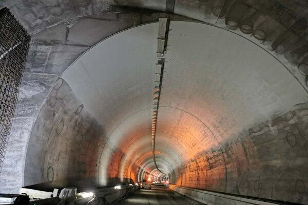 Navrhovaná trasa diaľnice prechádza tunelom v celkovej dĺžke 2,2 km.
