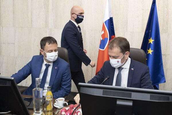 Predseda vlády SR Igor Matovič (OĽaNO), podpredseda vlády a minister financií Eduard Heger (OĽaNO) a v pozadí minister školstva Branislav Gröhling (SaS) na rokovaní vlády.