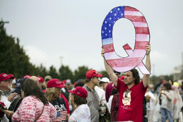 Demonštrant drží písmeno Q na podporu konšpiračného hnutia QAnon.
