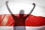 Demonštrant drží starú bieloruskú vlajku počas zhromaždenia v Minsku 4. októbra 2020.