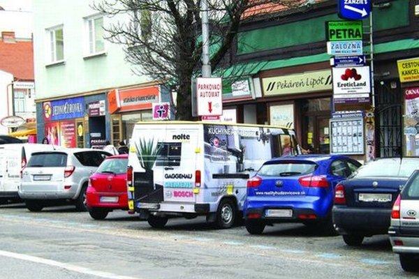 Pomaľovaná dodávka parkovala dlhodobo - až do začiatku tohto týždňa - na jednom mieste v centre Nitry. Majiteľ vlastní parkovaciu kartu.