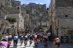 Pelotón počas 7. etapy na Giro d'Italia 2020.